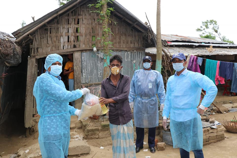 কক্সবাজার জেলা পুলিশের উদ্যোগে কর্মহীন পরিবহন শ্রমিকদের মাঝে খাদ্য সামগ্রী বিতরণ
