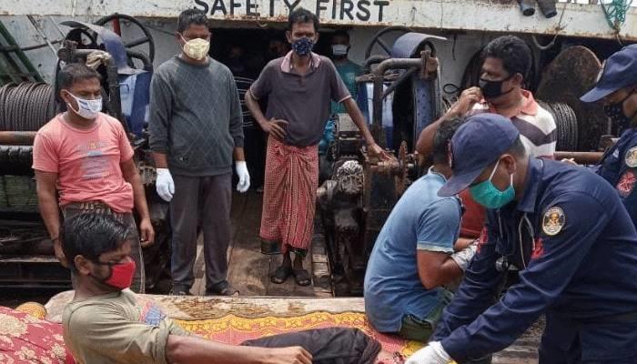 সেন্টমার্টিনের সাগরে মাছ ধরার ট্রলারে মিয়ানমারের নৌবাহিনীর গুলি : ৬ জেলে আহত