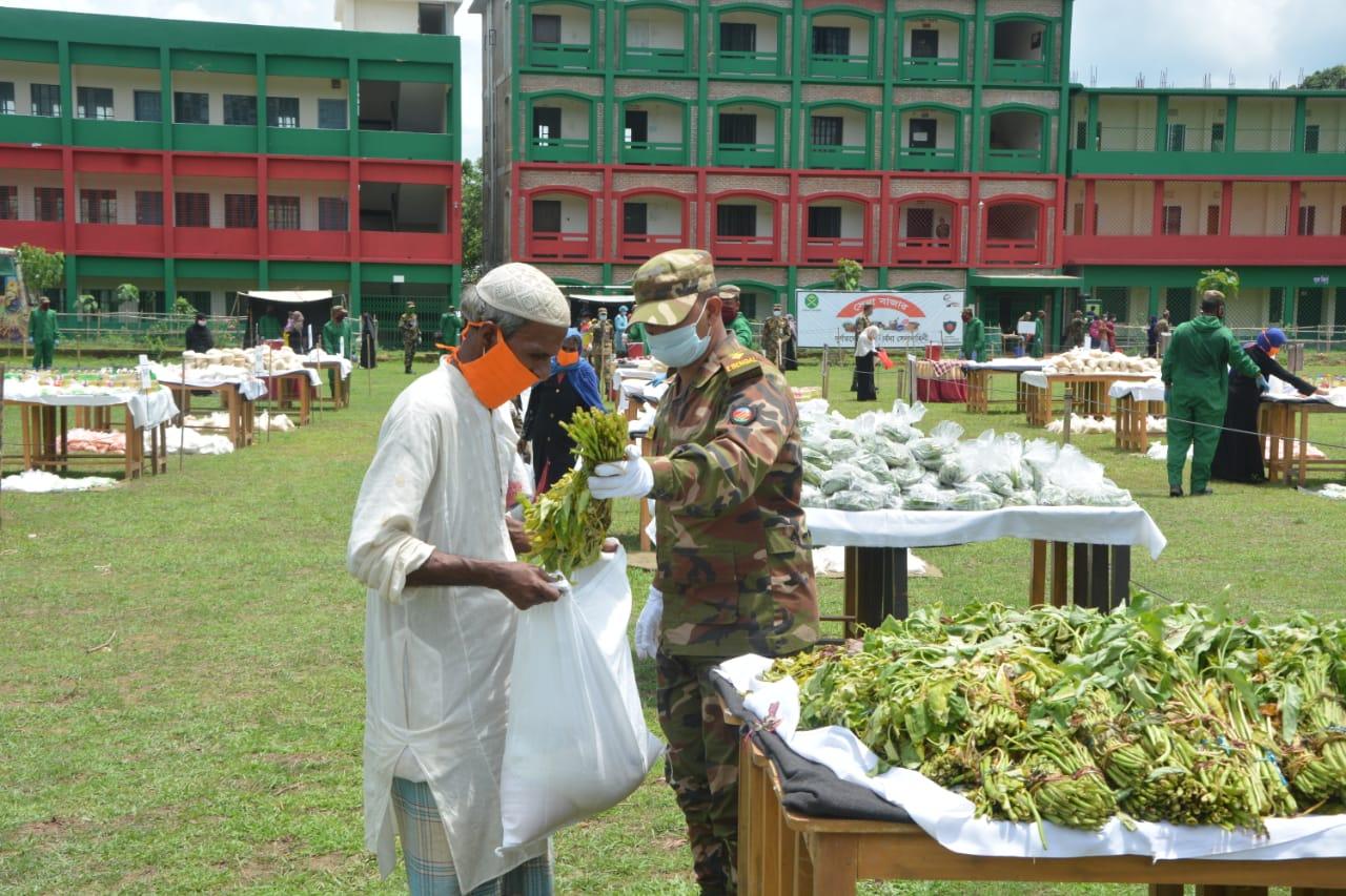 """সেনাবাহিনীর উদ্যোগে কক্সবাজারে অসহায়দের জন্যে """"সেনা বাজার"""""""