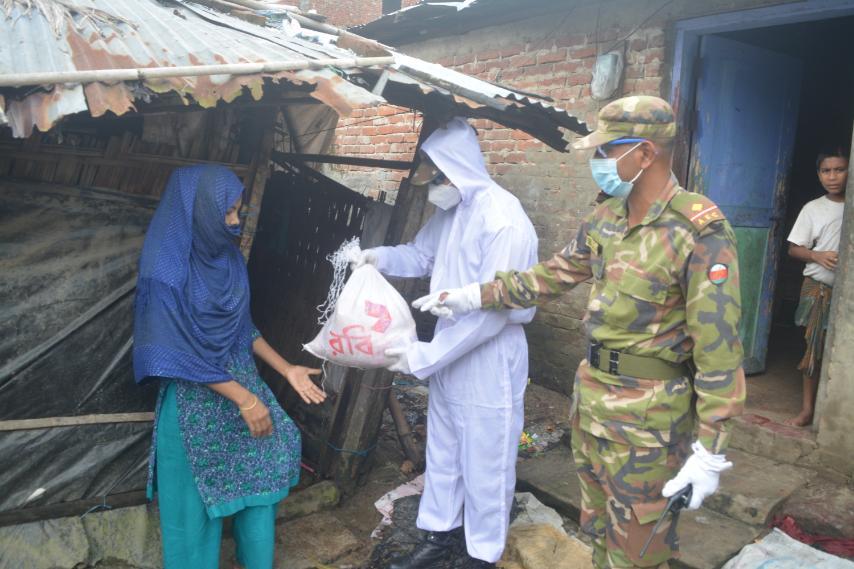 বৈরী আবহাওয়াতেও কক্সবাজারে থেমে নেই সেনাবাহিনীর ত্রাণ বিতরণ