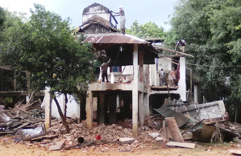 : চকরিয়া হারবাং গুনামেজু বৌদ্ধ বিহার সংস্কারের অজুহাতে ভেঙ্গে ফেলায় দুই পক্ষের মধ্যে উত্তেজনা