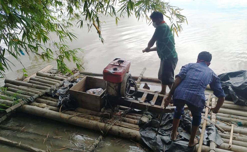 চকরিয়া মাতামুহুরী নদীতে অবৈধভাবে বালু উত্তোলনকালে জরিমানা : মেশিন পাইপ ধ্বংস