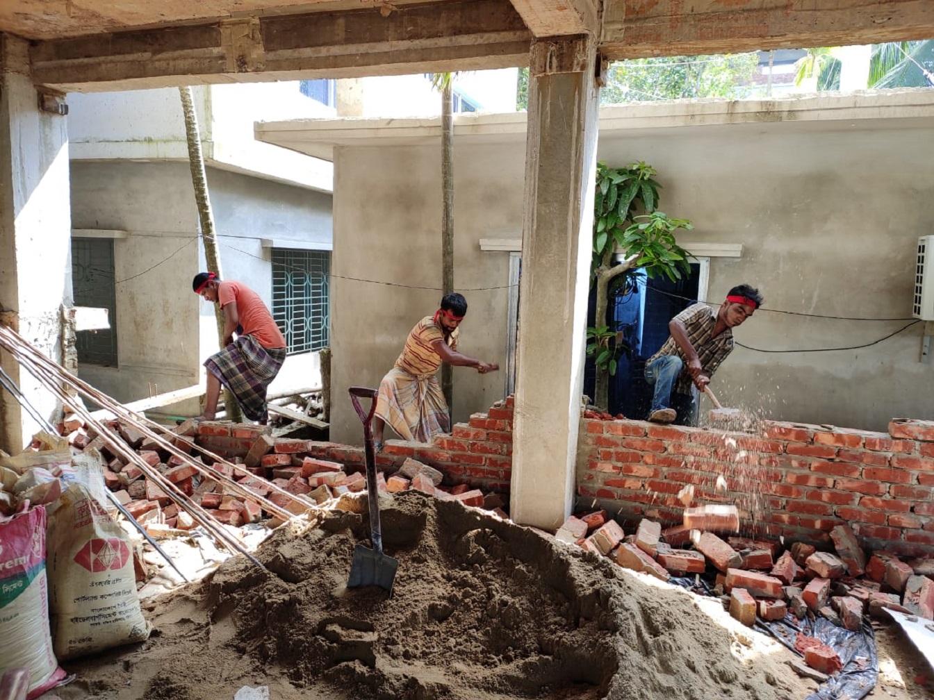 কক্সবাজার শহরে অনুমোদনহীন স্থাপনার বিরুদ্ধে কউকের অভিযান : ৫০ হাজার টাকা জরিমানা আদায়