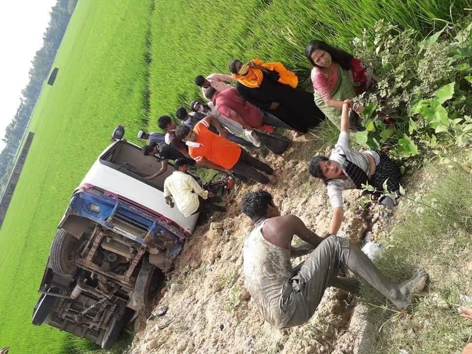 উখিয়ায় যাত্রিবাহী বাস খাদে পড়ে ১৫জন আহত