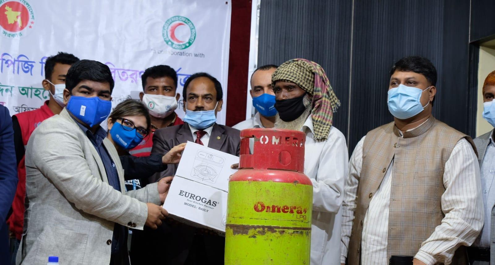 কক্সবাজারের উখিয়ায় ৫,৭৭০ স্থানীয় পরিবারে এলপিজি গ্যাস সিলিন্ডার ও চুলা বিতরণ করল UNHCR