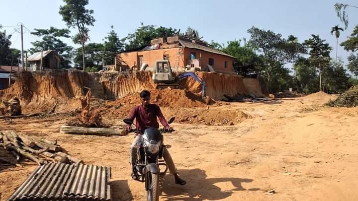 পেকুয়ায় পাহাড় কাটার দায়ে স্কেবেটার জব্দ : জরিমানা