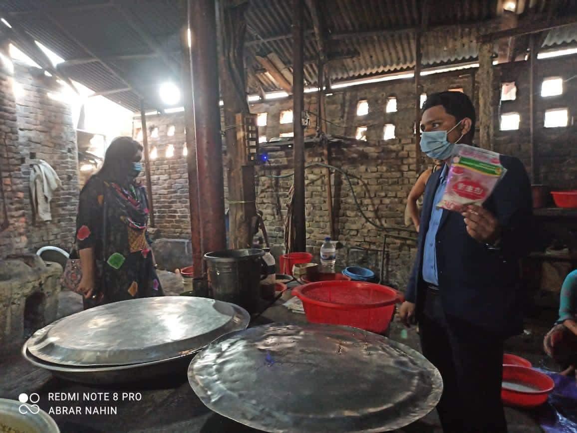 কক্সবাজার শহরে নোংরা পরিবেশে খাবার পরিবেশন : আল ফুয়াদ ও সদর হাসপাতাল কেন্টিনকে জরিমানা