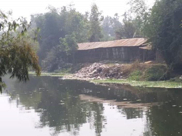 ঈদগাঁও নদীর তীরে ময়লা-আবর্জনা, ভোগান্তিতে পাঁচ ইউনিয়নের জনসাধারণ