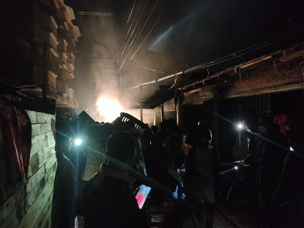 ঈদগাঁওতে ফার্নিচার দোকানে ভয়াবহ অগ্নিকাণ্ড : ব্যাপক ক্ষয়ক্ষতি