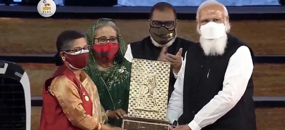 শেখ রেহানার হাতে বঙ্গবন্ধুর গান্ধী শান্তি পুরস্কার তুলে দিলেন প্রধানমন্ত্রী মোদি