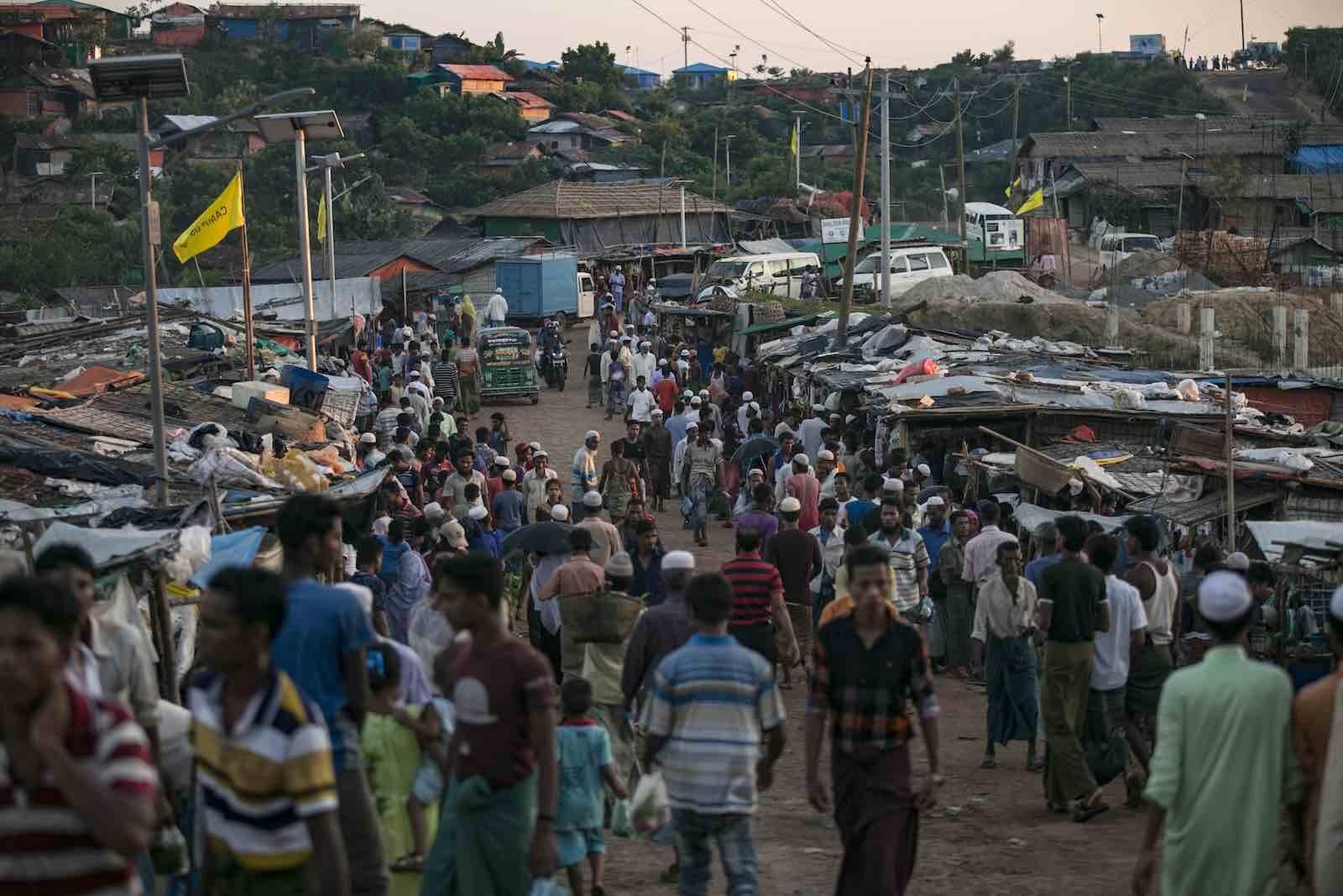 উখিয়ায় ক্যাম্প বাজারে মিয়ানমারে অবৈধপণ্যে সয়লাব : নির্বিকার প্রশাসন