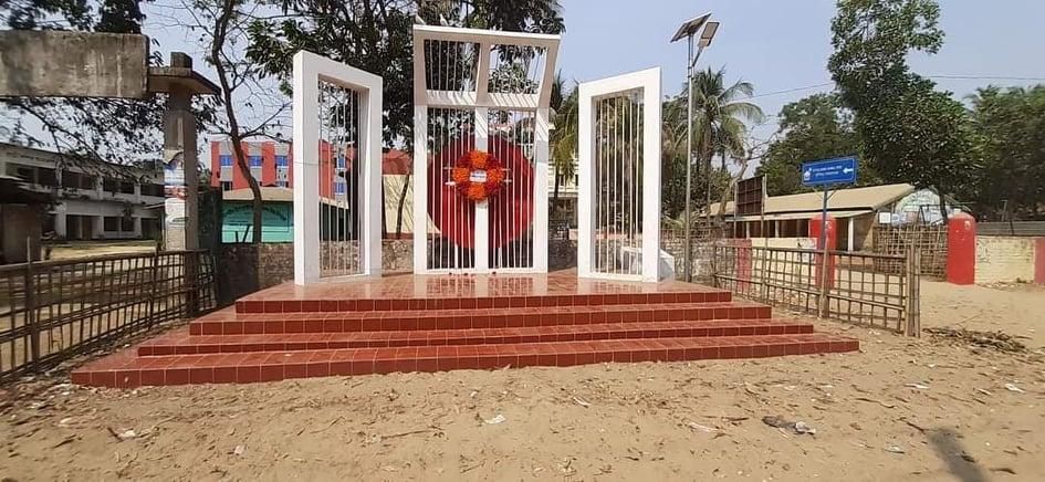 স্বাধীনতা দিবসে টেকনাফের শাহপরীর দ্বীপ আ: লীগ ছাড়া কেউ শহীদ মিনারে শ্রদ্ধা জানাননি