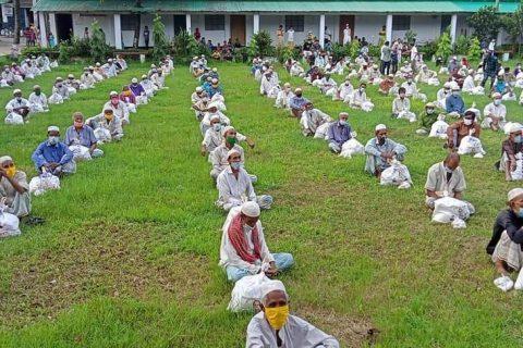 মহেশখালী পৌরসভায় ৫২০ জন টমটম চালকদের মাঝে ত্রাণ বিতরণ