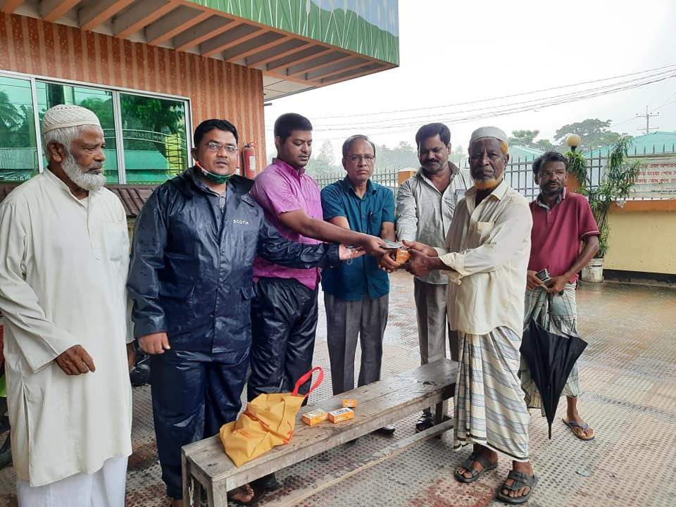 কক্সবাজারের পিএমখালীতে বন্যাদূর্গতদের মাঝে অর্থ সহায়তা প্রদান করল 'সুজন'