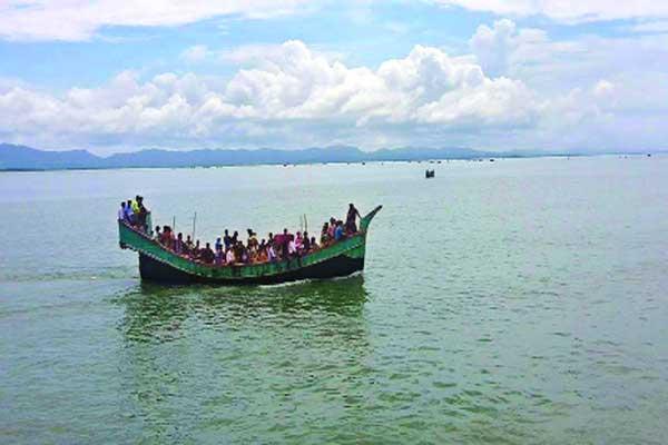 টেকনাফ-সেন্টমাটিন নৌপথে সাগরে ৪০যাত্রীসহ দুটি ট্রলার আটকা