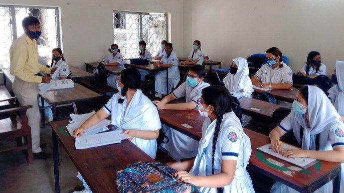 শিক্ষা প্রতিষ্ঠান চালু নিয়ে মিশ্র প্রতিক্রিয়া : আনন্দ ও শঙ্কার মাঝে পাঠদান শুরু