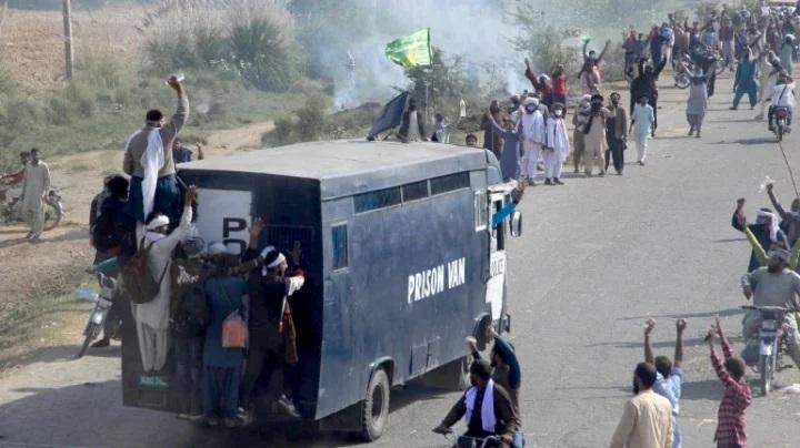 পাকিস্তানে ইসলামি গোষ্ঠী টিএলপির সঙ্গে সংঘর্ষে ৪ পুলিশ নিহত
